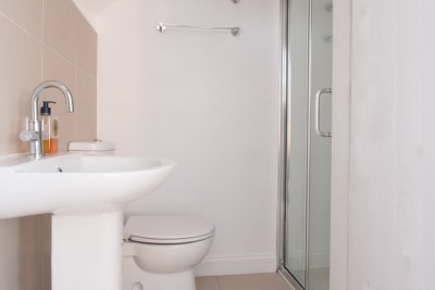 Double bedroom ensuite bathroom