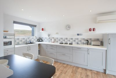 Fitted kitchen in the cottage with breakfast bar