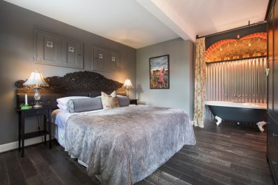 King sized double bed and huge bath, great for a romantic week away