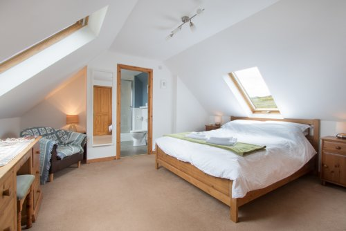Master double bedroom with en-suite shower room at Willowbank